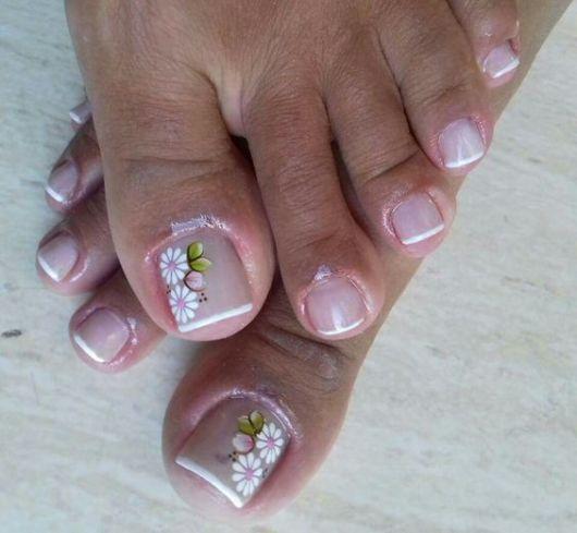unhas simples decoradas com flores