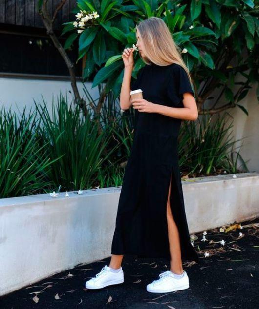 vestido de fenda com tênis