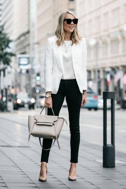 Mulher usando calça preta, blusa e blazer brancos.