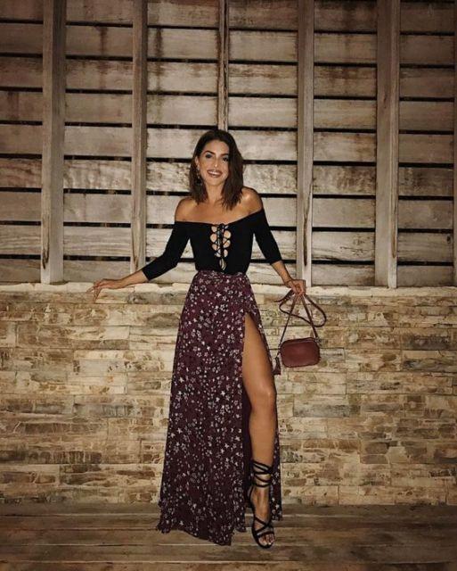 Camila Coelho com saia estampada longa e blusa com decote ombro a ombro.