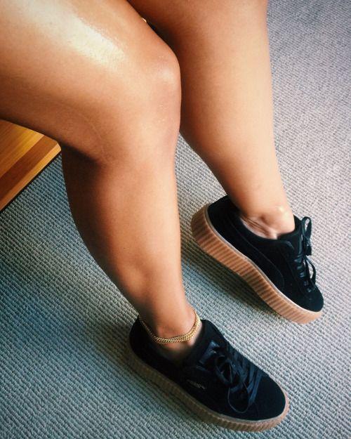 Tênis de skatista feminino preto.