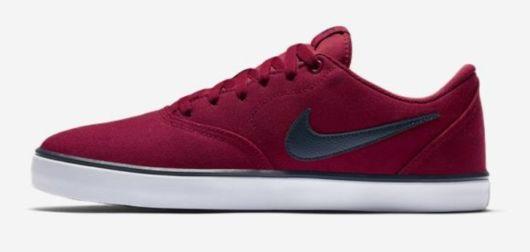 Tênis bordo da Nike.