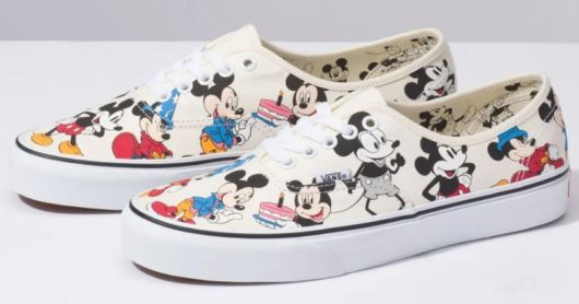Tênis com estampa do Mickey Mouse.