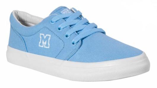 Tênis azul claro.
