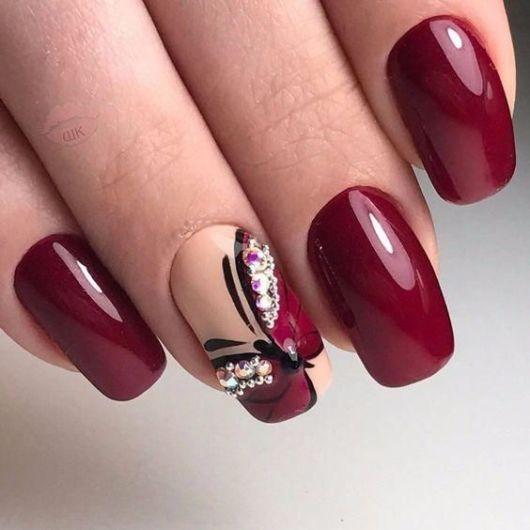 Unhas vermelhas com borboletas.
