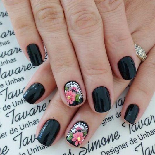 Unhas pretas com borboletas e flores.