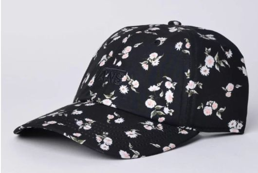 Boné preto e estampa floral.