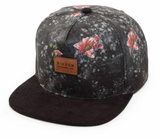 Boné preto com estampa floral.