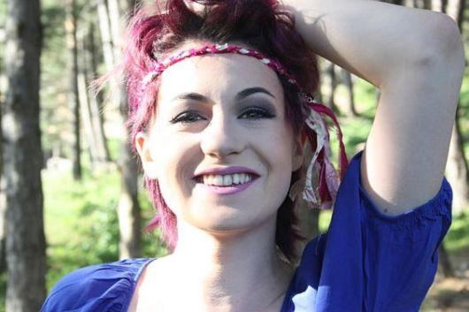 Penteados para carnaval: cabelo curto com tiara na testa