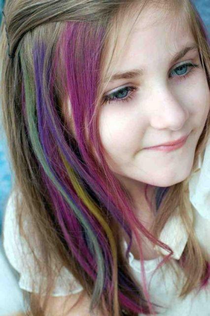 Penteados para carnaval: cabelo médio com mechas coloridas