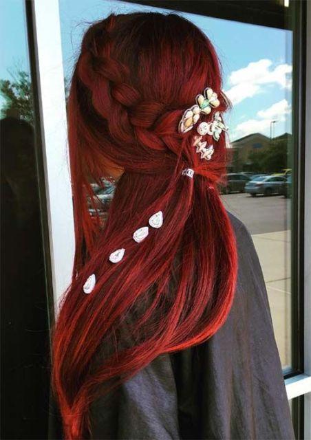 Penteados para carnaval: cabelo longo vermelho com conchinhas
