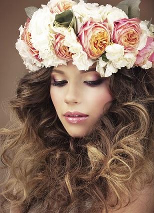 Penteados para carnaval: cabelo longo com cachos e tiara de flores
