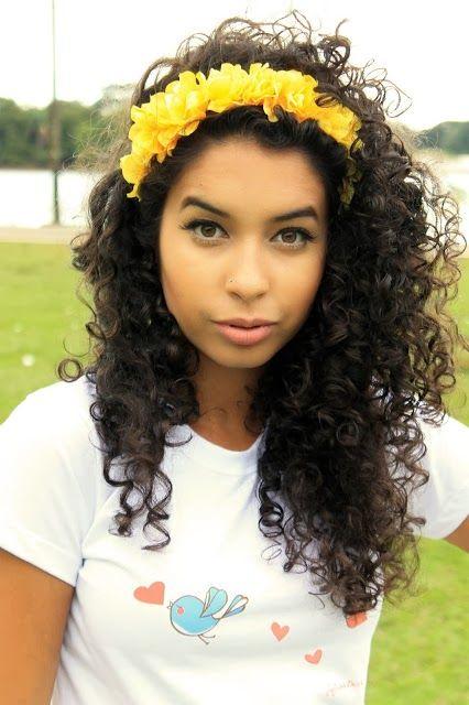 Penteados para carnaval: cabelo cacheado com tiara de flores amarelas