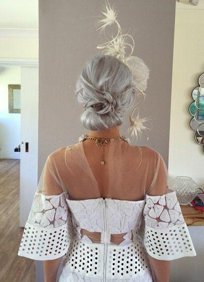 Penteados para carnaval: cabelo liso com coque baixo