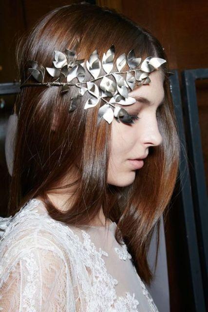 Penteados para carnaval: cabelo liso com tiara prata