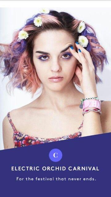Penteados para carnaval: cabelo curto solto com mechas coloridas