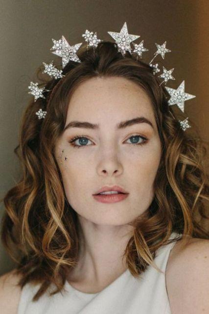 Penteados para carnaval: cabelo solto com tiara de estrelas