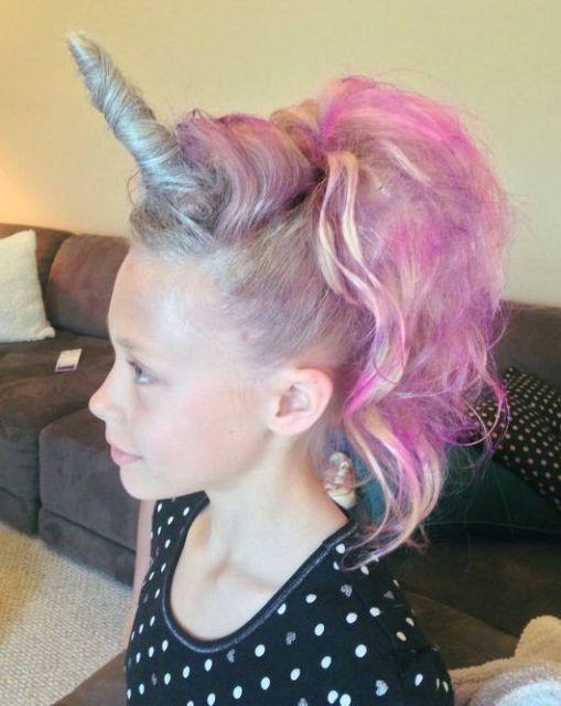 Penteados para carnaval: cabelo preso com rabo de cavalo e chifre de unicórnio