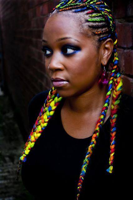 Penteados para carnaval: cabelo com trança e fitas coloridas