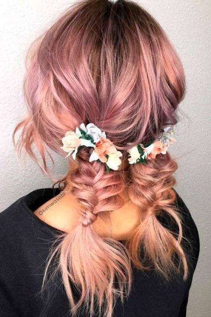 Penteados para carnaval: cabelo médio rosa com duas tranças