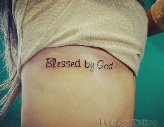 tatuagem femina na costela