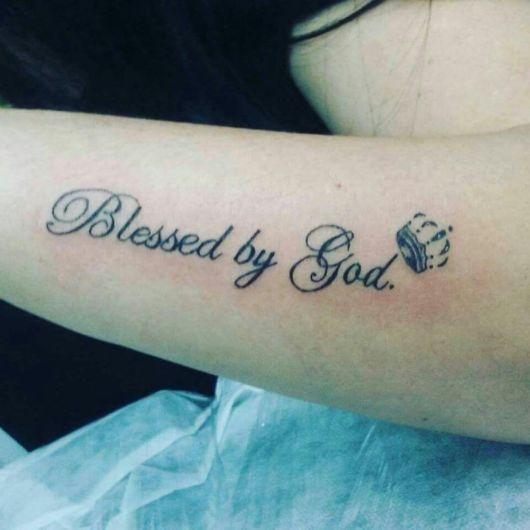 tatuagem escrita com coroa