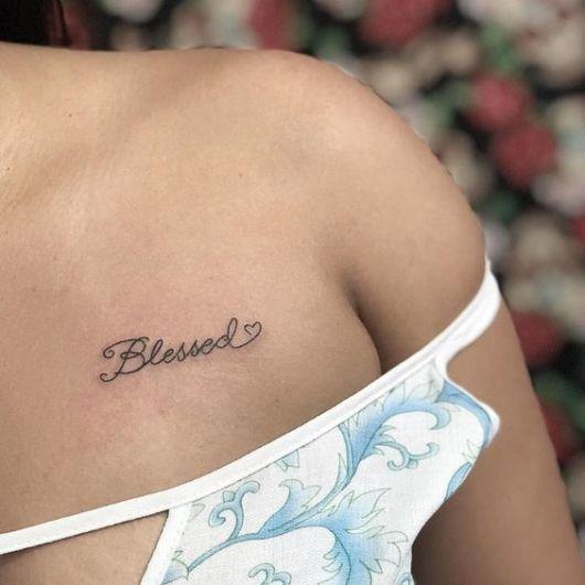 tatuagem feminina no ombro