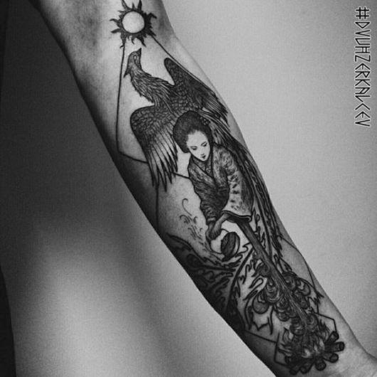 Fênix junto a uma gueixa e um sol - você pode unir a tattoo com outros desenhos e tendências