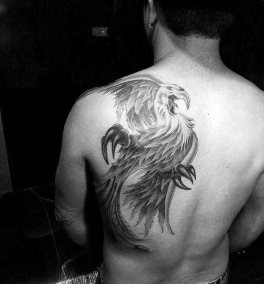 Tatuagem de fênix sombreada nas costas