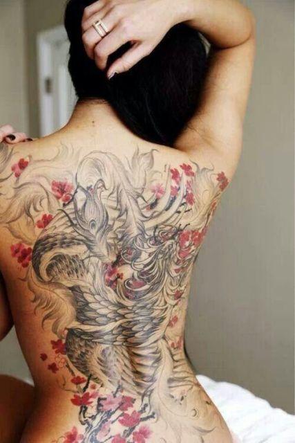 Em toda a região das costas, com muitas flores vermelhas para incrementar o desenho