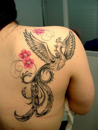 No ombro, com flores coloridas que incrementam o desenho