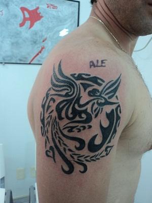 Uma tatuagem de fênix tribal no braço