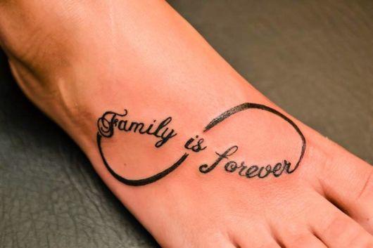 """Tatuagem """"Família para sempre"""" formando o símbolo do infinito no pé"""