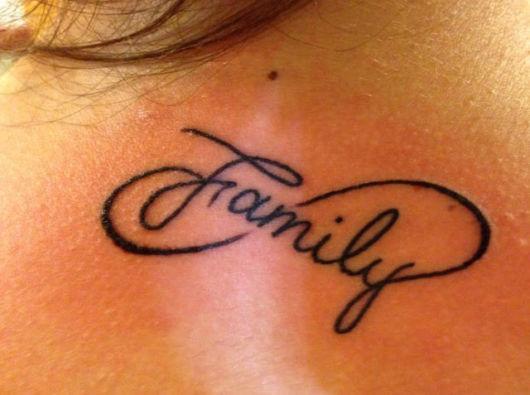 Tatuagem de família e infinito nas costas