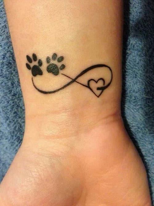 Linda tattoo de infinito com coração e as patinhas de um animal de estimação amado
