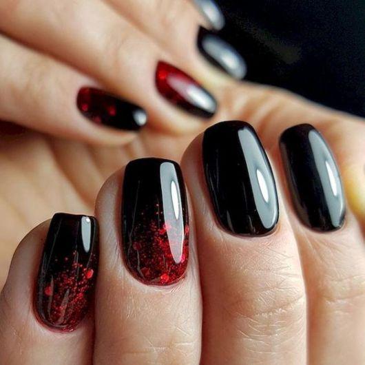 unha preta com glitter vermelho