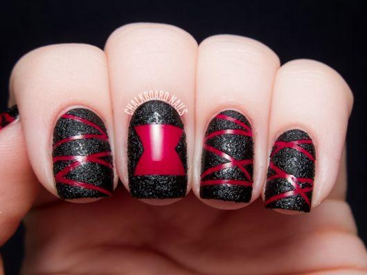 unha preta e vermelha