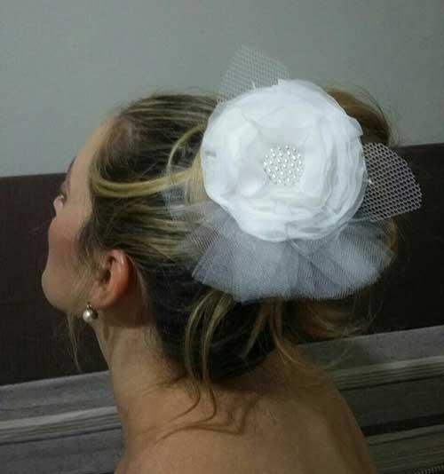 Arranjo de cabelo para noiva: com flor branca