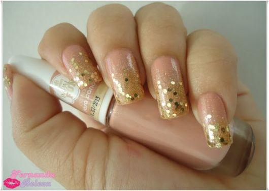 unhas com glitter dourado