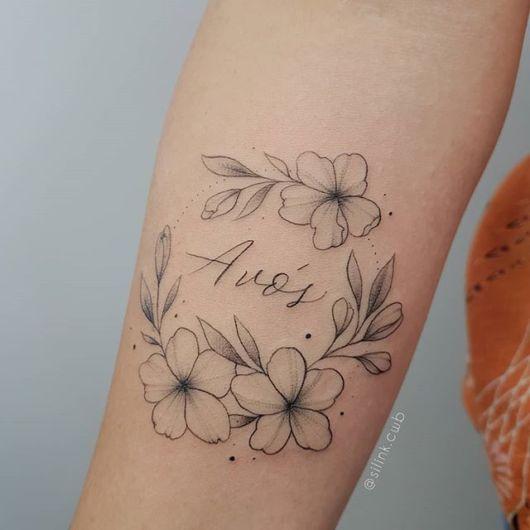 Com lindas flores e traços marcantes nessa tatuagem de avós