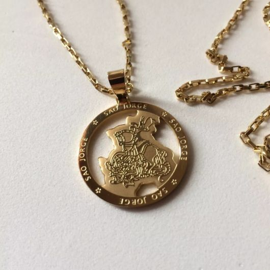 Corrente de ouro com pingente