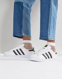 calça com tênis branco