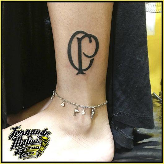 De fato, uma tattoo delicada na perna é uma bela opção para garotas de todas as idades