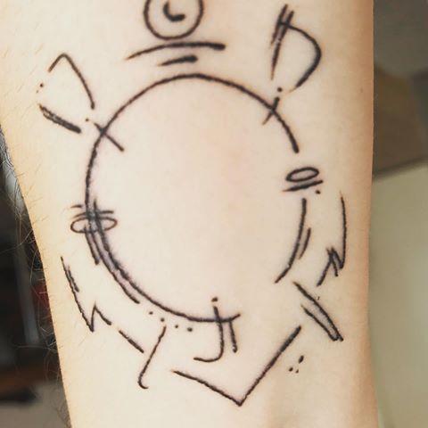 Traços delicados do escudo do Timão no braço