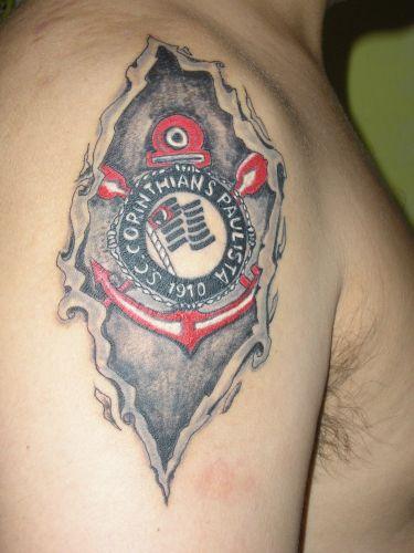 Uma tatuagem diferenciada no ombro que exalta o escudo do Corinthians