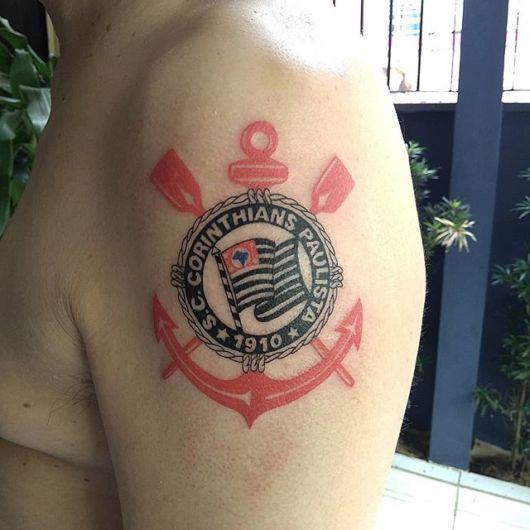 O escudo do time em total destaque nesse modelo de tattoo