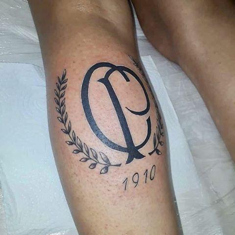 A tatuagem na panturrilha é uma ótima escolha para vários rapazes