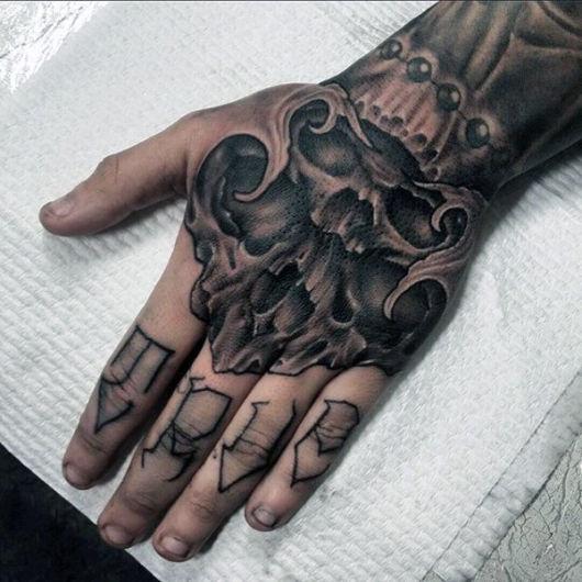 tatuagem na mão de caveira