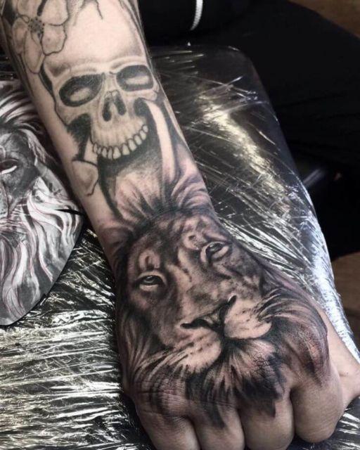 tatuagem na mão de leão