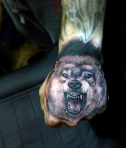 tatuagem na mão de lobo